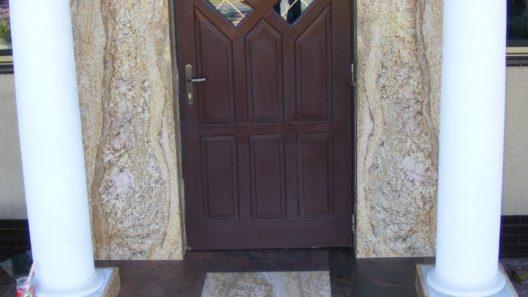 wejście wykonane z kamienia naturalnego
